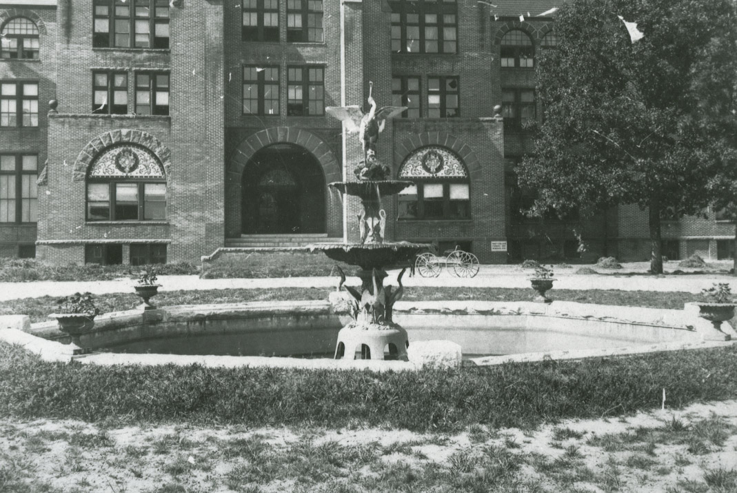 AnneRoneyFountain_close_1900s.jpg
